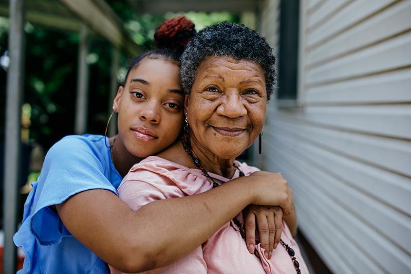 niña junto a su abuela