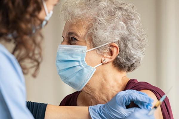 mujer mayor recibiendo una vacuna